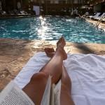Vera even uitrusten bij het zwembad